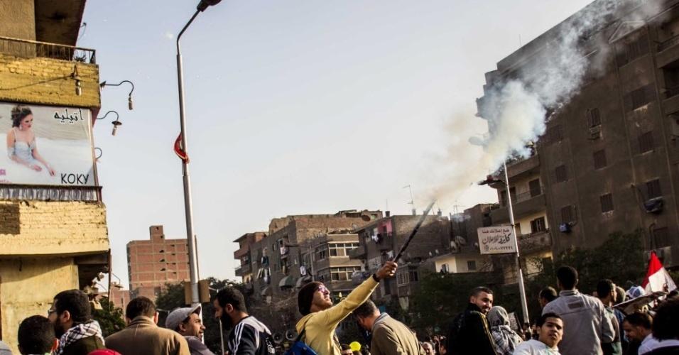 14.fev.2014 - Manifestante lança rojão durante um protesto em apoio ao deposto presidente egípcio, Mohamed Mursi, nesta sexta-feira (14), no bairro de Matareya, no Cairo. Duas pessoas morreram no Egito, incluindo um jovem de 12 anos, no confronto entre militantes favoráveis a Mursi e policiais