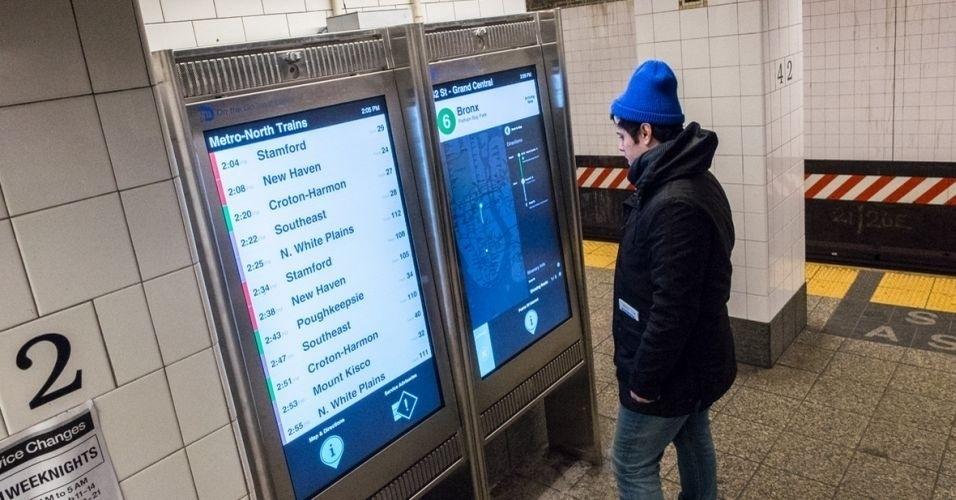 14.fev.2014 - O metrô de Nova York ganhou 18 telas touchscreen que exibem informações do transporte, como panes, linhas e mapas dos arredores. A iniciativa é uma parceria entre o departamento de transportes da cidade e uma empresa de tecnologia chamada Control Group. As telas, que exibirão publicidade  para serem rentáveis, estão instaladas no terminal Grand Central .