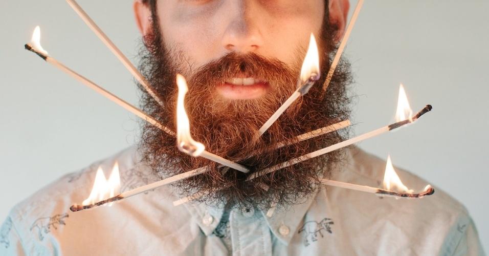 14.fev.2014 - O norte-americano Pierce Thiot coloca objetos aleatórios em sua barba. Segundo ele, a ideia começou quando guardou a caneta na barba enquanto trabalhava. À partir daí, se tornou um