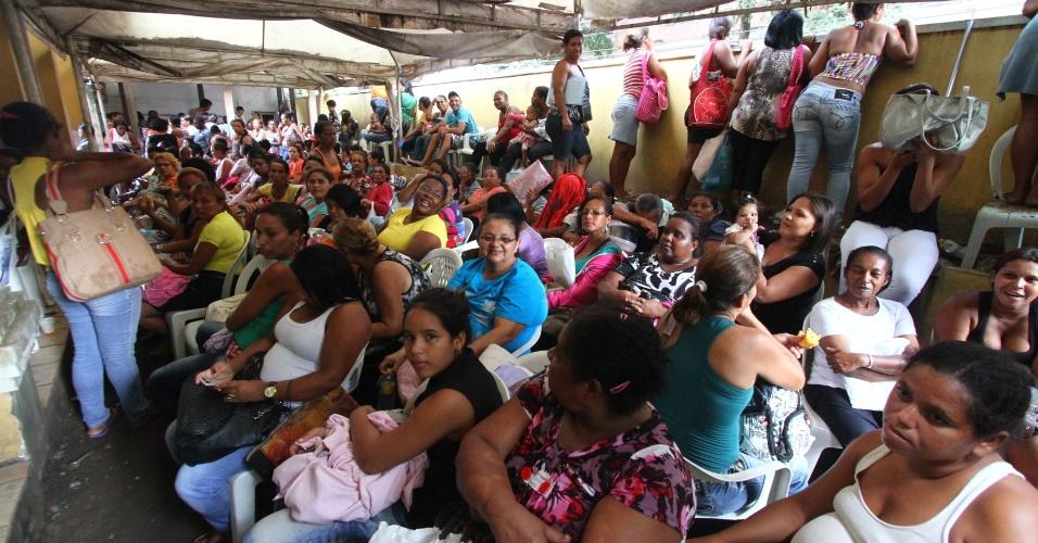 14.fev.2014 - Tumulto no último dia do prazo para o recadastramento do Bolsa Família, nesta sexta-feira, 14, na sede da Empresa de Urbanização do Recife (URB), no bairro da Boa Vista, no Recife. O local foi tomado por uma multidão antes mesmo das 7h, horário de início do atendimento ao público. Nas primeiras horas de atendimento já haviam sido distribuídas todas as 500 fichas disponíveis. Revoltadas, as pessoas realizaram um protesto, fechando o tráfego da Rua Oliveira Lima, ateando fogo a objetos. Um homem foi detido e levado para a Delegacia de Santo Amaro. Ele teria sido flagrado vendendo fichas no valor de R $70.