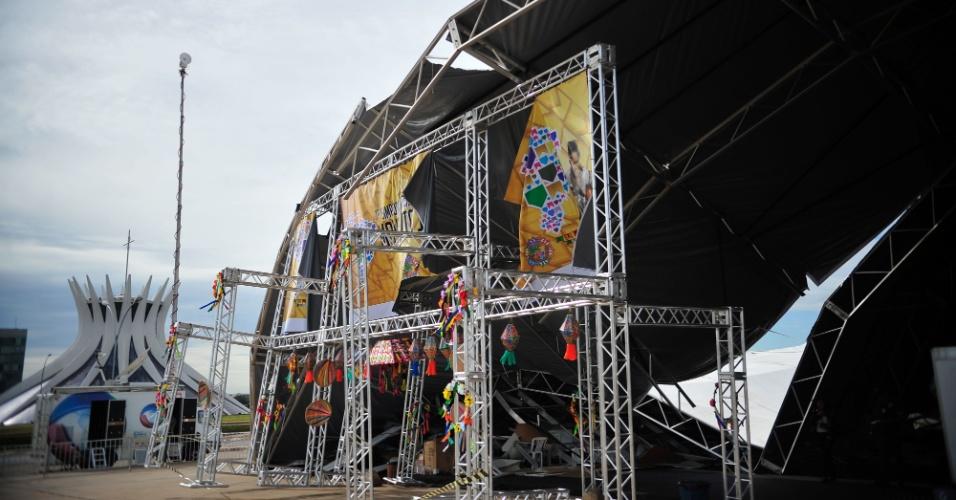 14.fev.2014 - Uma tenda montada para um simpósio sobre cultura popular foi derrubada pela chuva nesta quinta-feira (13) em Brasília, ferindo ao menos 20 pessoas. A estrutura havia sido montada ao lado do Museu da República, na Esplanada dos Ministério