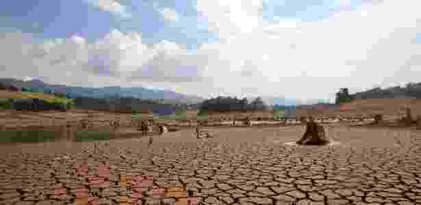 Vista da seca no rio Jacareí, que abastece o sistema Cantareira - Luis Moura/Estadão Conteúdo