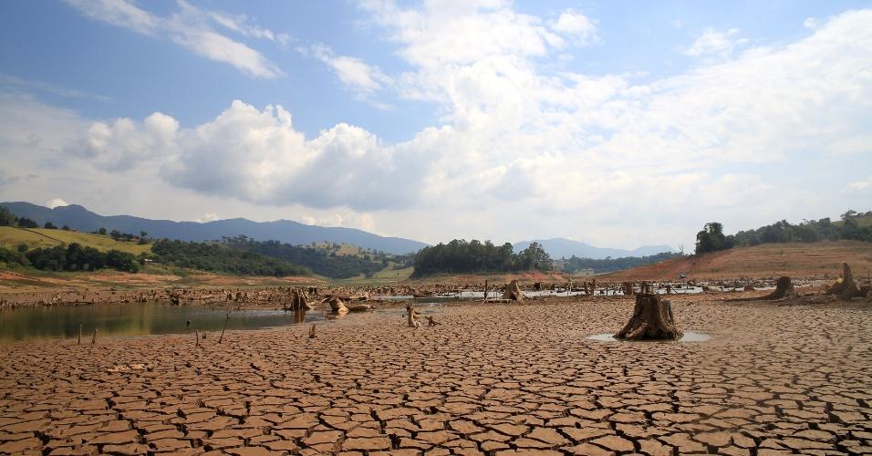 14.fev.2014 - Vista da seca no Rio Jacareí, na região de Joanópolis, em São Paulo, nesta sexta-feira, 14. A forte chuva do fim da tarde dessa quinta-feira, 13, foi insuficiente para alterar o baixo nível do Sistema Cantareira. A Companhia de Saneamento Básico do Estado de São Paulo (Sabesp) informou que choveu 1,4 milímetro sobre os reservatórios. Até ontem, a pluviometria acumulada era de 2,1 mm neste mês, a média histórica para fevereiro, no entanto, é de 202,6 mm. O sistema atingiu nesta sexta-feira, 14, o menor nível desde 1974, ano em que foi criado: 18,7%. As represas abastecem 8,8 milhões de habitantes da Grande São Paulo.