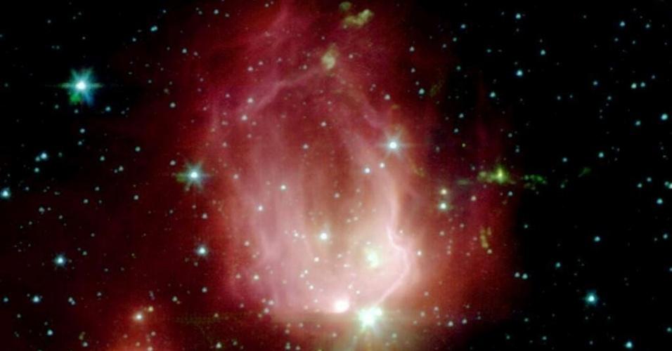 14.fev.2014- A Nasa (Agência Espacial Norte-Americana) comemorou o Dia dos Namorados (Valentine's Day) nos EUA com esta foto de um berçário estelar que se parece com uma rosa. A imagem capturada pelo Telescópio Espacial Spitzer mostra em infravermelho a rosa com suas cores rosa e verde. A Nebulosa chamada de NGC 7129 está a  3300 anos-luz na constelação de Cepheus