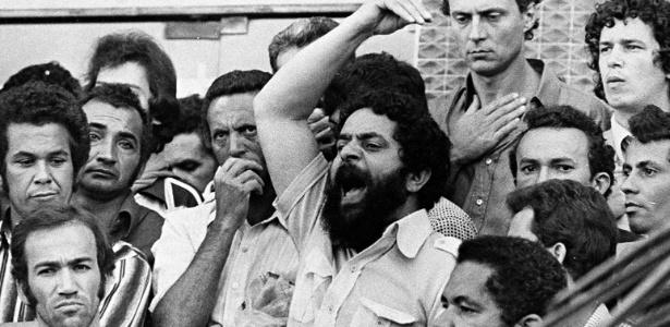 O presidente do Sindicato dos Metalúrgicos do ABC, Luiz Inácio Lula da Silva, em discurso durante a greve de 42 dias em 1980. Ao fundo, o então deputado Eduardo Suplicy apoia o ato - Folhapress