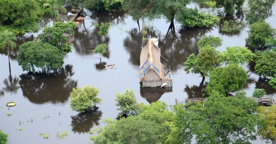 15.fev.2014 - O presidente Evo Morales sobrevoou na sexta-feira (14) a região de Beni, a mais atingida pelas inundações provocadas pela temporada de chuvas na Bolívia. Ao menos 55 pessoas morreram, 11 estão desaparecidas e milhares ficaram desabrigadas, informou o governo