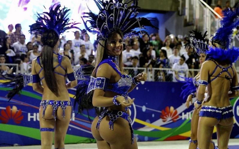"""15.fev.2014 - Passistas desfilam em comemoração ao Carnaval em Encarnação (375 km ao sul de Assunção), no Paraguai. O desfile """"Llamadas"""" é o maior do país"""