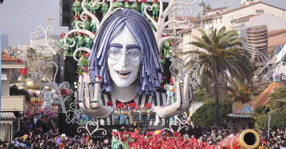 16.fev.2014 - Carro alegórico com o rosto do ex-Beatle John Lennon atrai olhares da multidão em desfile de Carnaval em Viareggio, na Toscana (Itália)