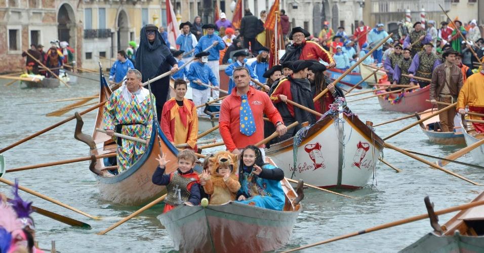 """16.fev.2014 - Fantasiados, adultos e crianças participam do desfile """"Festa Veneziana"""", no Canal Grande, em Veneza, na Itália, neste domingo (16). O desfile marca o ínicio do Carnaval na cidade que vai até o dia 4 de março"""