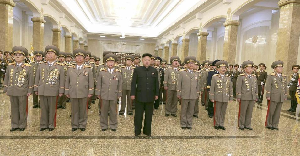 16.fev.2014 - O líder norte-coreano, Kim Jong-un (ao centro), visita o mausoléu de seu pai, Kim Jong-il, no Palácio do Sol em Pyongyang, Coreia do Norte. Este domingo marca o 72º aniversário do ex-líder do país