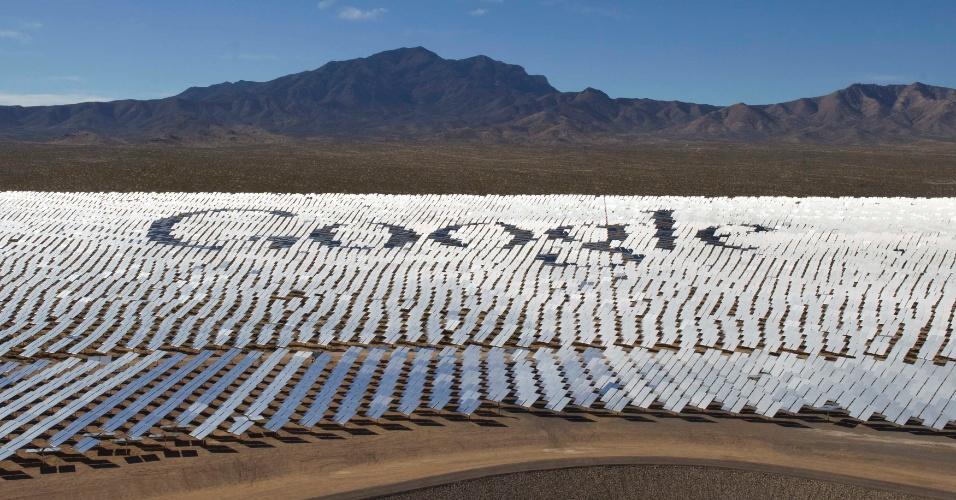 14.fev.2014 - Imagem mostra logotipo do Google em painéis solares instalados no deserto de Mojave, próximo a fronteira entre o Estado de Nevada e Califórnia, nos Estados Unidos. A gigante das buscas se uniu com a NRG, BrightSource e Bechtel para fazer o que eles dizem ser a maior instalação de painéis solares do mundo. Há ao todo 347 mil espelhos que podem gerar energia par mais de 140 mil casas