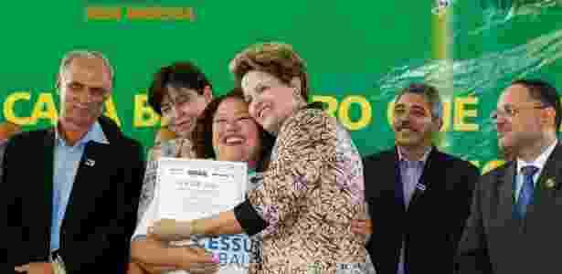 Dilma abraça aluna durante cerimônia de formatura do Pronatec (Programa Nacional de Acesso ao Ensino Técnico e Emprego), em Governador Valadares (MG), nesta segunda-feira (17) - Roberto Stuckert Filho/PR