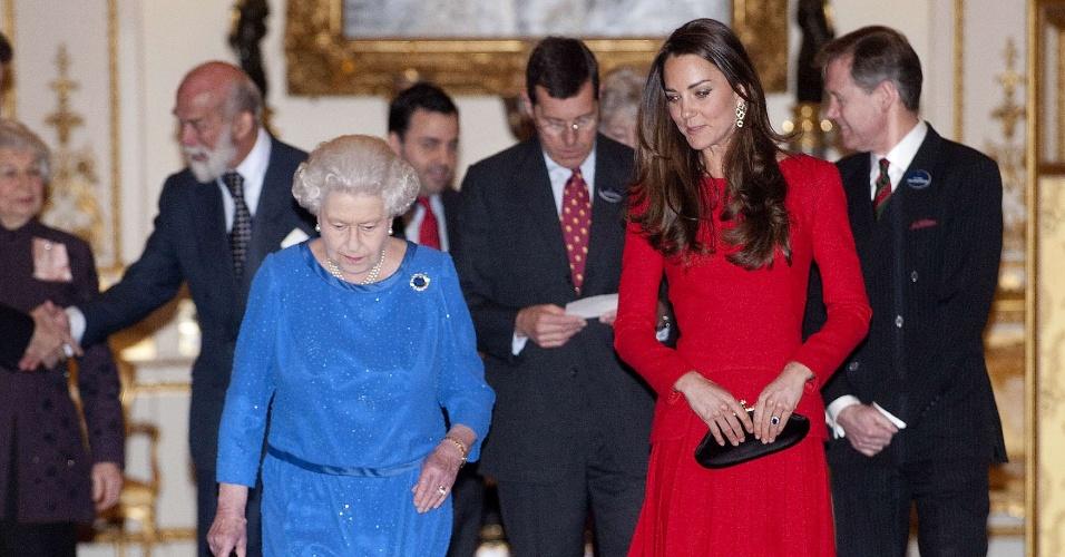 17.fev.2014 - A rainha da Inglaterra, Elezabeth 2ª, e Katherine, duquesa de Cambridge, são fotografadas durante recepção da Dramatic Arts, no palácio de Buckingham, em Londres, nesta segunda-feira (17)