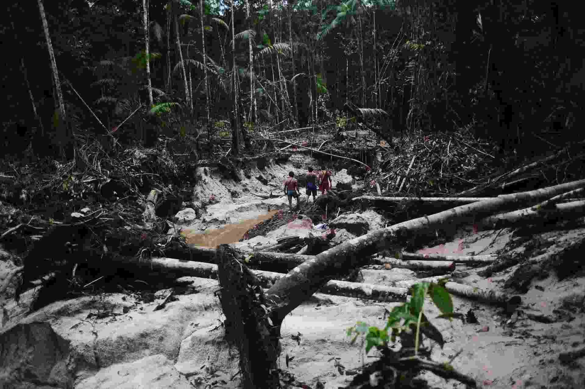 17.fev.2014 - Índios ficam em uma área de selva marcada por garimpeiros ilegais no território da tribo - Lunae Parracho/Reuters