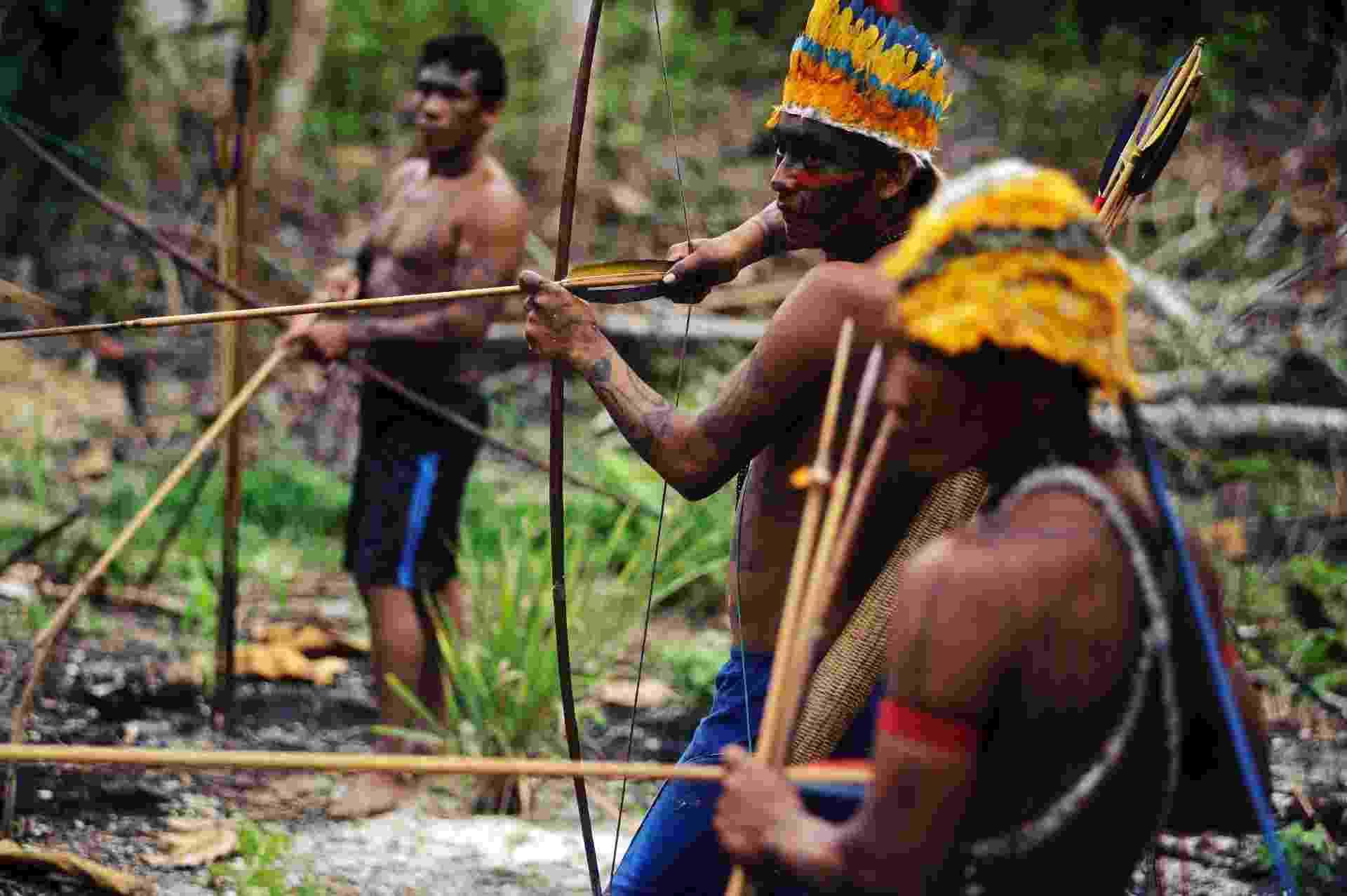 17.fev.2014 - Índios guerreiros da tribo Munduruku se preparando para a abordagem a uma mina de ouro ilegal, na Amazônia - Lunae Parracho/Reuters