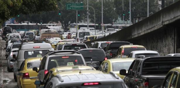 Trânsito congestionado na avenida Presidente Vargas, em frente à Prefeitura do Rio