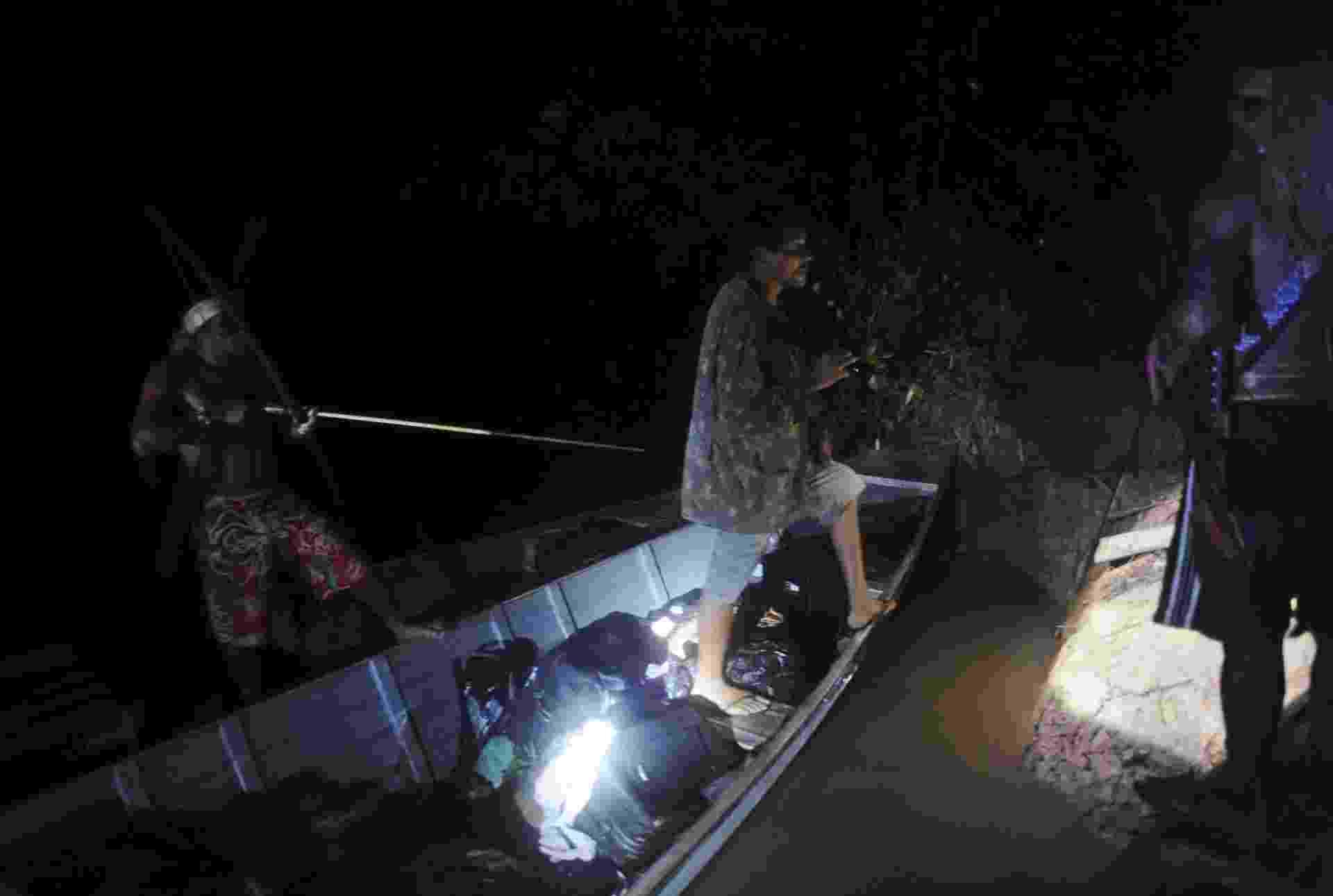 17.fev.2014 - Um mineiro ilegal desce do barco depois de ter sido capturado por índios - Lunae Parracho/Reuters