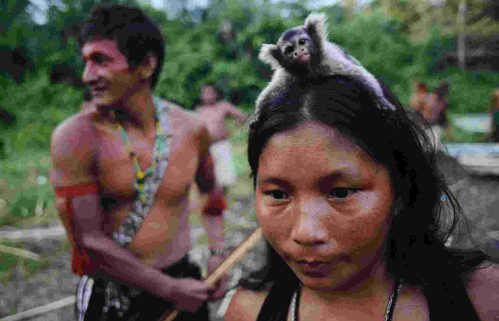 17.fev.2014 - Uma índia guerreira Munduruku carrega um macaco na cabeça durante uma busca de minas de ouro e mineiros ilegais em seu território, perto do rio Kadiriri, afluente dos rios Tapajós e Amazonas - Lunae Parracho/Reuters