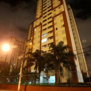 Fachada de prédio, em Osasco (SP), onde professor se jogou do 13º andar com o filho de seis anos - Marcos Bezerra/Futura Press/Estadão Conteúdo