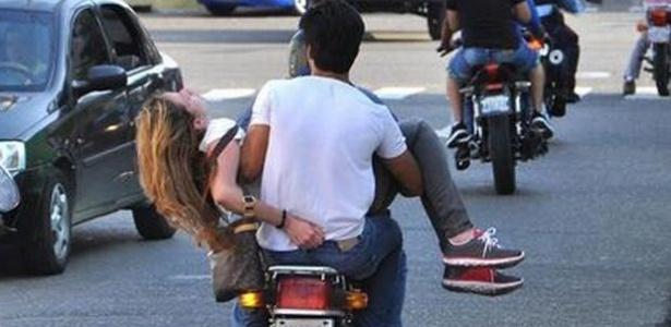 Génesis Carmona é levada de moto a um hospital após ter sido baleada na cabeça - Reprodução