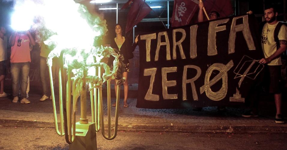 19.fev.2014 - Catraca de ônibus é queimada durante protesto contra o aumento da tarifa das passagens em Niterói, no Rio de Janeiro, nesta quarta-feira (19). Cerca de 300 pessoas participaram do ato