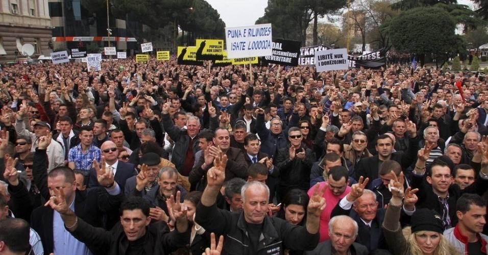 20.fev.2014 - Apoiadores do Partido Democrático da Albânia participam de um protesto contra o governo em Tirana