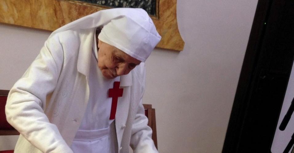 20.fev.2014 - Irmã Alma Bellotti corta o bolo de aniversário durante a comemoração do seu 107º aniversário em Roma, Itália. A freira da Ordem das Filhas de São Camilio é a religiosa mais velha do mundo