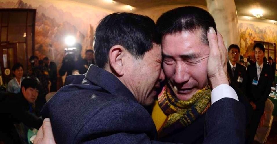 20.fev.2014 - Irmãos, um morador da Coreia do Sul, à esquerda, o outro, retido na Coreia do Norte, choram após reencontro da família no resort Monte Kumgang, na Coréia do Norte, nesta quinta-feira (20). Um grupo de mais de 100 sul-coreanos cruzaram a fronteira para reencontrar membros familiares que não encontravam desde o fim da Guerra da Coreia, em 1953