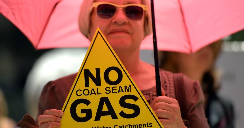 20.fev.2014 - Manifestante segura cartaz durante passeata em Sydney, nesta quinta-feira (20), contra construção de uma mina de carvão. Dezenas de manifestantes e ativistas se reuniram no centro de Sydney para protestar contra o polêmico projeto da mina de carvão Maules Creek