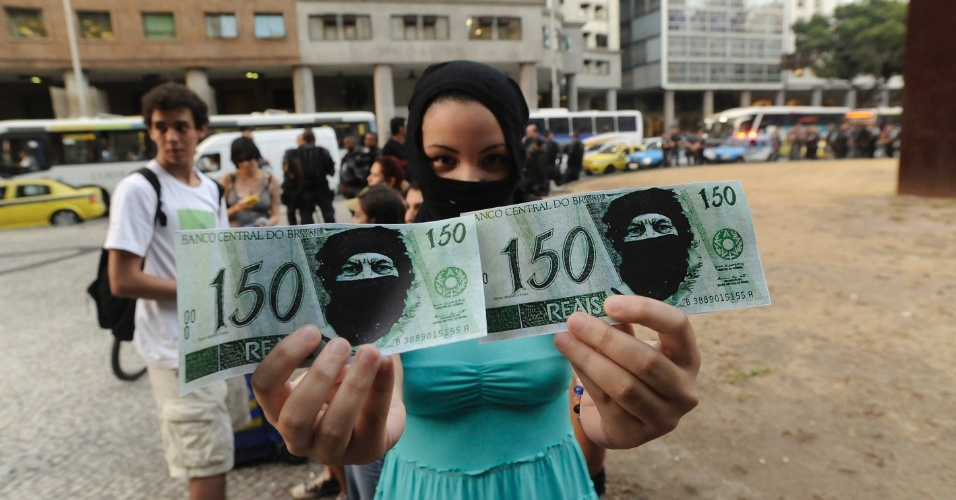 20.fev.2014 - Manifestantes se concentram na Candelária, no centro do Rio de Janeiro, nesta quinta-feira (20), para protesto contra o aumento das tarifas do transporte público. No último dia 8, a tarifa dos ônibus subiu de RS2,75 para R$3. No ato foram distribuídos notas de R$ 150 fazendo alusão ao suposto pagamento aos manifestantes