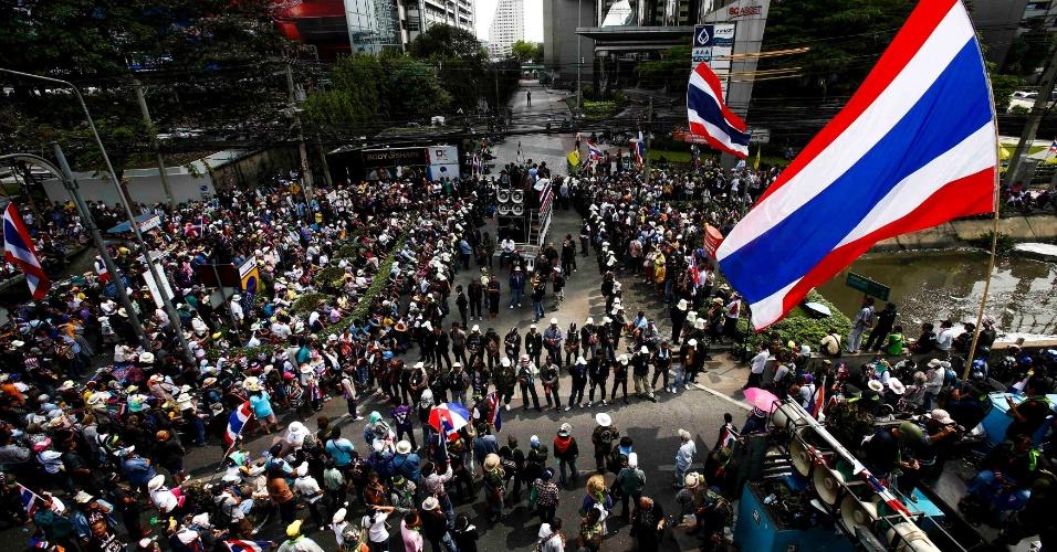 20.fev.2014 - Manifestantes se reúnem diante de edifício comercial da empresa do SC Asset Corp, durante passeata em Bancoc (Tailândia) nesta quinta-feira (20). Os atos que há quatro meses pedem a renúncia da primeira-ministra Yingluck Shinawatra voltaram seu foco sobre as empresas ligadas à família milionária da política