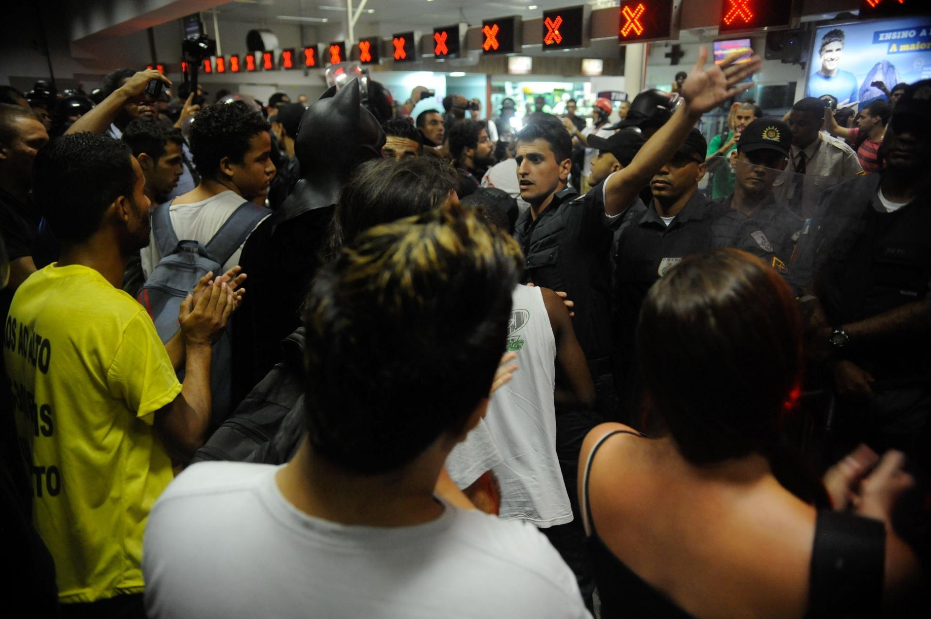 20.fev.2014 - Manifestantes tentam invadir a da estação das barcas, no centro do Rio de Janeiro, nesta quinta-feira (20), em protesto contra o aumento das tarifas do transporte público. Diante da presença de dezenas de policiais, os manifestantes promoveram um