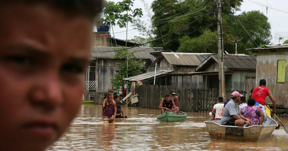 20.fev.2014 - Moradores se locomovem em barcos através de rua inundada após transbordamento do rio Acre, causado pelas fortes chuvas que atingem a região, na cidade de Rio Branco, capital do Acre, na bacia do rio Amazonas ocidental, nesta quinta-feira (). Mais de 2.500 casas estão embaixo d?água na cidade que fica próxima a fronteira com a Bolívia, país onde as enchentes já alcançaram nível recorde, de acordo com a prefeitura de Rio Branco