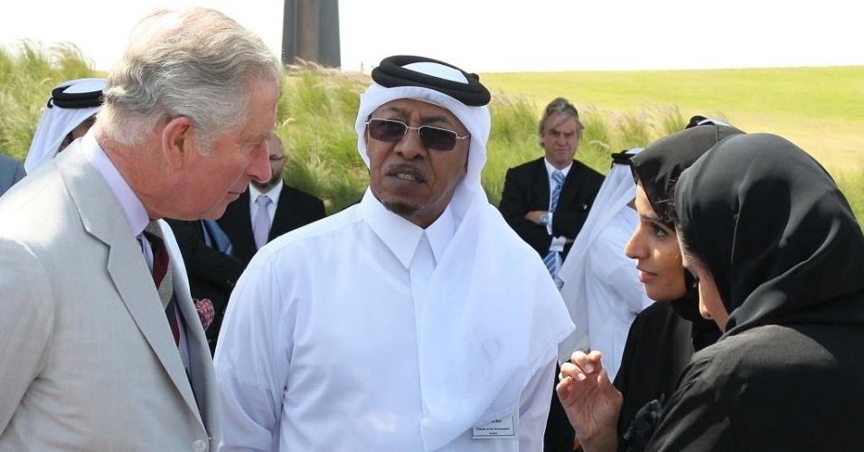 20.fev.2014 - O príncipe Charles, do Reino Unido, conversa com jovens ambientalistas no museu de Arte Islâmica, em Doha, no Qatar. O Príncipe está em uma visita oficial de três dias ao país depois de uma breve temporada na Arábia Saudita