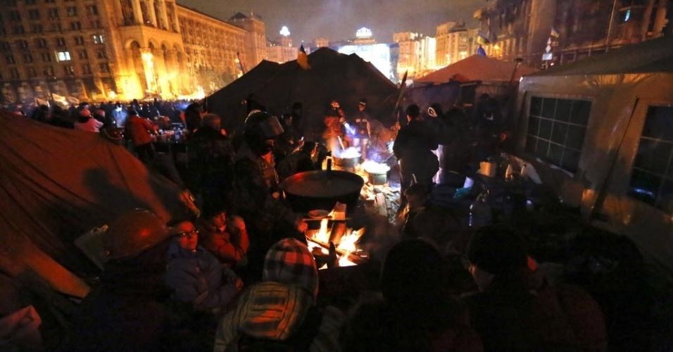20.fev.2014 - Manifestantes anti-governo preparam uma sopa para aguentar a permanêcia na praça da Independência de Kiev, na Ucrânia, nesta quinta-feira (20).  Mais de 47 pessoas morreram nesta quinta-feira enquanto a União Europeia negocia acordo político com o país