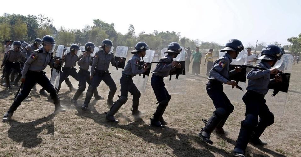 20.fev.2014 - Policiais birmaneses treinam em Rangum. A União Europeia dispõe de um programa de formação da polícia, com um orçamento de 10 milhões de euros