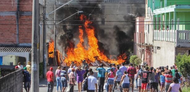 Barricada pega fogo durante reintegração de posse no Caraguatatuba, em Itaquera