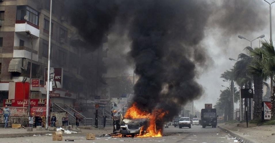 21.fev.2014 - Apoiadores do presidente egípcio deposto Mohammed Mursi queimam carro do canal de televisão independente Al Tahrir, durante confronto com a polícia em rua do Cairo, no Egito, nesta sexta-feira (21)