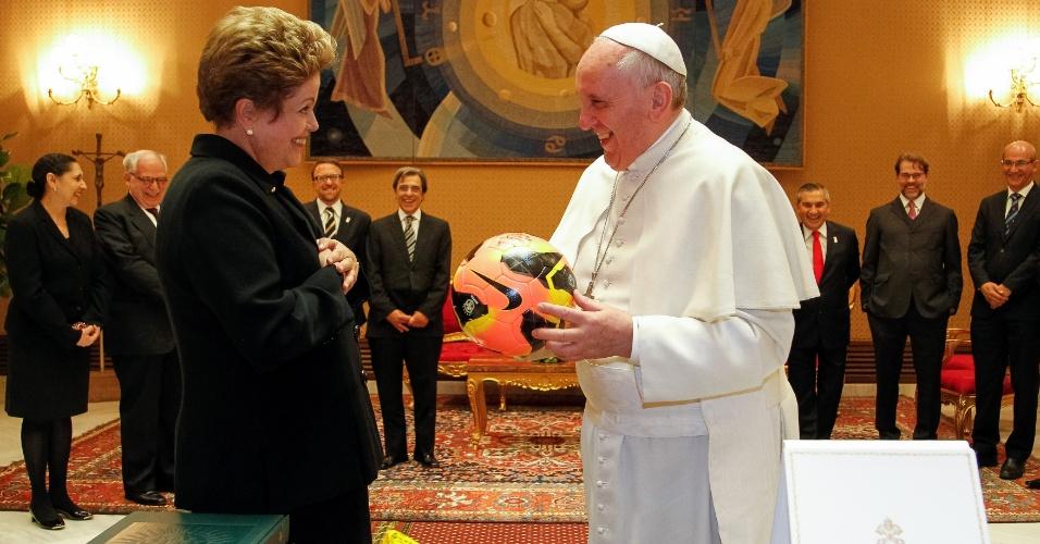 21.fev.2014 - O papa Francisco foi presenteado nesta sexta-feira (21) pela presidente Dilma Rousseff com camisas da seleção brasileira, autografadas por Pelé, e uma bola de futebol. O pontífice, por sua vez, deu à chefe do Executivo brasileiro um terço