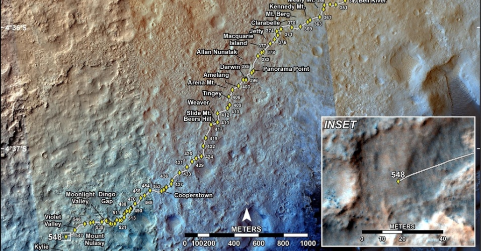 """21.fev.2014- 100 METROS COSTAS - O robô Curiosity da Nasa (Agência Espacial Norte-Americana) completou mais 100 metros em seu percurso em Marte. A novidade? É que desta vez ele fez o caminho """"de costas"""". Esta técnica foi usada para minimizar o gasto das rodas de alumínio do robô, que têm surpreendido os cientistas por se desgastar mais rápido do que o esperado desde que aterrissou no planeta vermelho em agosto de 2012. Vale lembrar que este é o maior percurso do robô em três meses"""