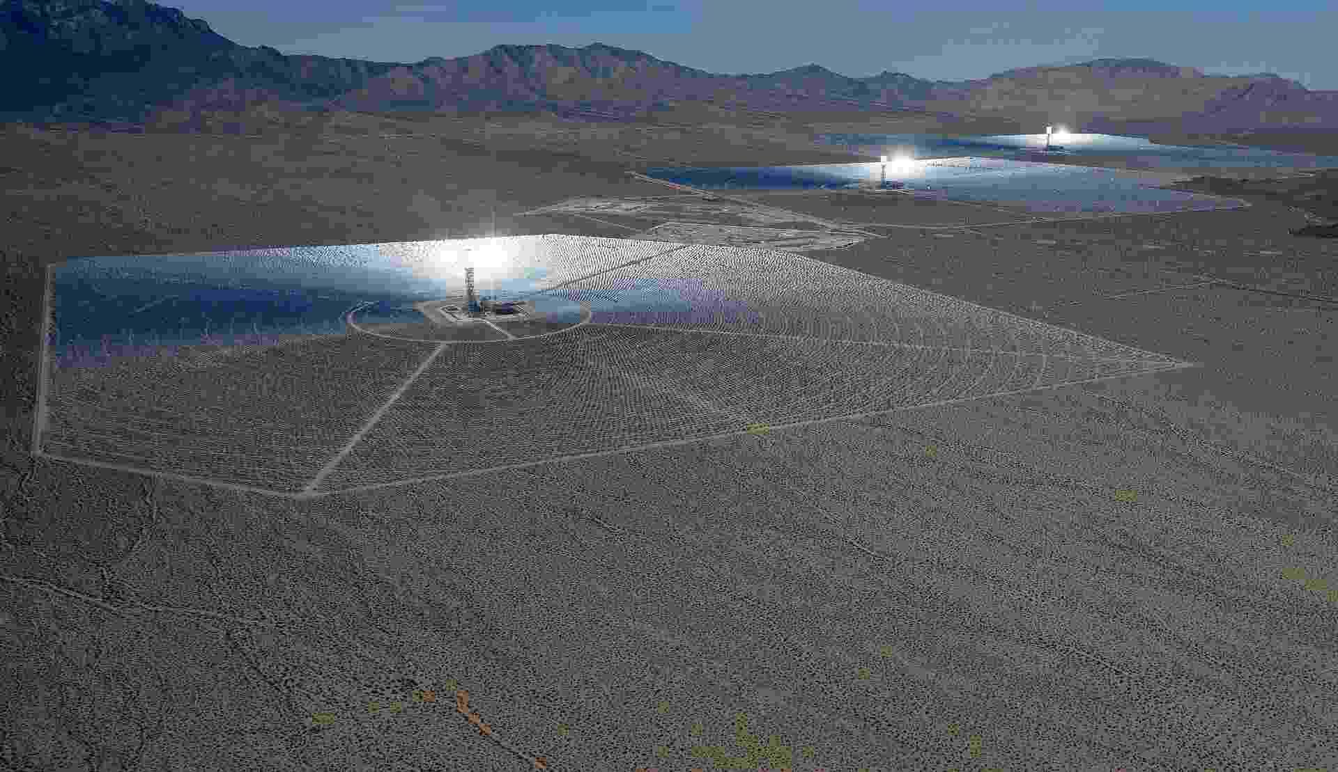 A usina solar acima foi inaugurada em meados de fevereiro no deserto de Mojave (Califórnia, EUA). Construída em parceria entre o Google, a NRG Energy e a BrightSource Energy, a estrutura custou US$ 2,2 bilhões (cerca de R$ 5,22 bilhões) e tem capacidade de fornecer anualmente energia para 140 mil casas (total de 392 megawatts) - Ethan Miller/Getty Images/AFP