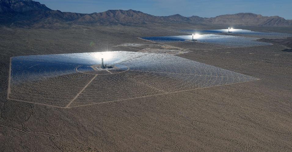 A usina solar acima foi inaugurada em meados de fevereiro no deserto de Mojave (Califórnia, EUA). Construída em parceria entre o Google, a NRG Energy e a BrightSource Energy, a estrutura custou US$ 2,2 bilhões (cerca de R$ 5,22 bilhões) e tem capacidade de fornecer anualmente energia para 140 mil casas (total de 392 megawatts)
