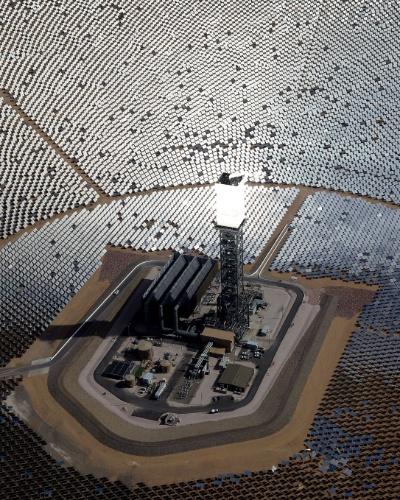 O projeto tem o Google como parceiro, leva o nome de Ivanpah Solar Electric Generating System (sistema de geração de energia solar Ivanpah) e ocupa 3.500 acres no deserto de Mojave (Califórnia, EUA). Inaugurado em meados de fevereiro com investimento de US$ 2,2 bilhões (cerca de R$ 5,22 bilhões), ele deve fornecer energia para 140 mil casas no Estado (total de 392 megawatts)