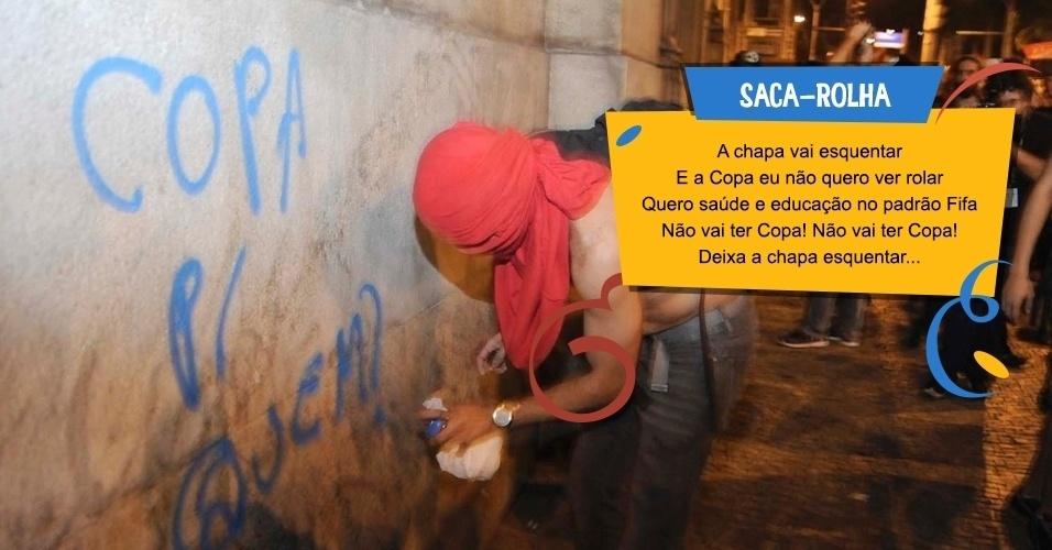 Os manifestantes criticam também a realização da Copa do Mundo, uma das bandeiras dos protestos pelo Brasil desde junho. Manifestantes contrários ao governador do Rio de Janeiro, Sérgio Cabral (PMDB), fizeram paródias de marchinhas tradicionais do Carnaval carioca para comemorar a saída do peemedebista do governo
