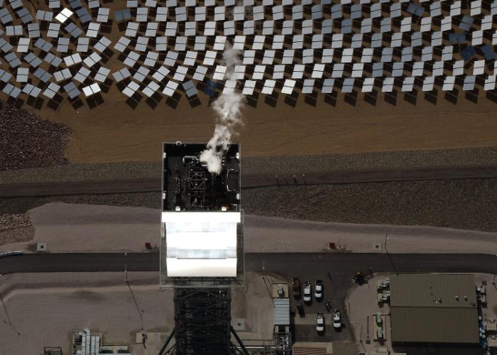 Os responsáveis pelo projeto - entre eles o Google - dizem se tratar do maior sistema de torres de energia solar do mundo. São 347 mil espelhos controlados por computador, que refletem a luz do sol em caldeiras localizadas nas torres com 140 metros. Os tubos aquecidos aumentam a temperatura da água, criando o vapor que gera a eletricidade. Essa energia limpa é transferida para casas e estabelecimentos comerciais