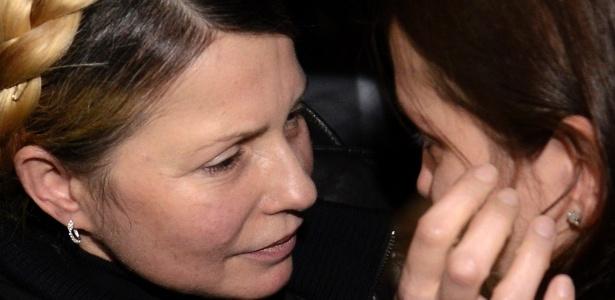 A líder da oposição na Ucrânia e ex-primeira-ministra, Yulia Tymoshenko, faz carinho na sua filha Yevgenia após ser libertada
