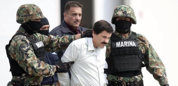 O traficante Joaquín 'El Chapo' Guzmán é escoltado por integrantes das forças armadas mexicanas