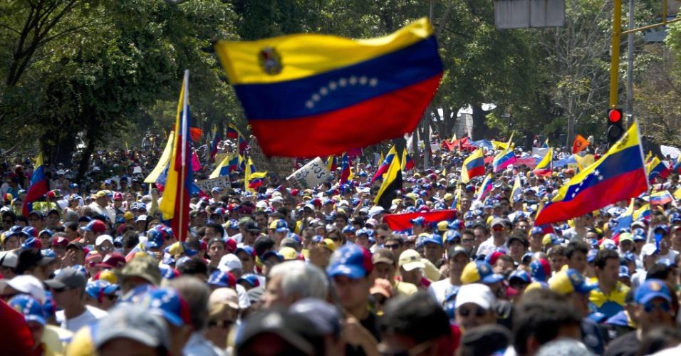22.fev.2014 - Pessoas participam de uma marchar contra o governo de Nicolás Maduro, em San Cristobal, capital do Estado de Tachira, que fica na fronteira oeste da Venezuela, neste sábado (22). A maioria das lojas foi fechada na cidade