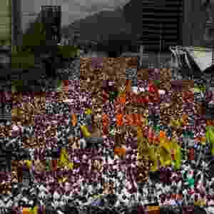 22.fev.2014 - Uma manifestação em massa ocupa as ruas de Caracas, capital da Venezuela, neste sábado (22). Dirigentes da oposição venezuelana e representantes dos estudantes iniciaram neste sábado uma manifestação e estabeleceram uma agenda de exigências ao governo, entre as quais figuram a liberdade dos presos e o castigo dos culpados pelas repressões nas marchas - Miguel Gutiérrez/EFE