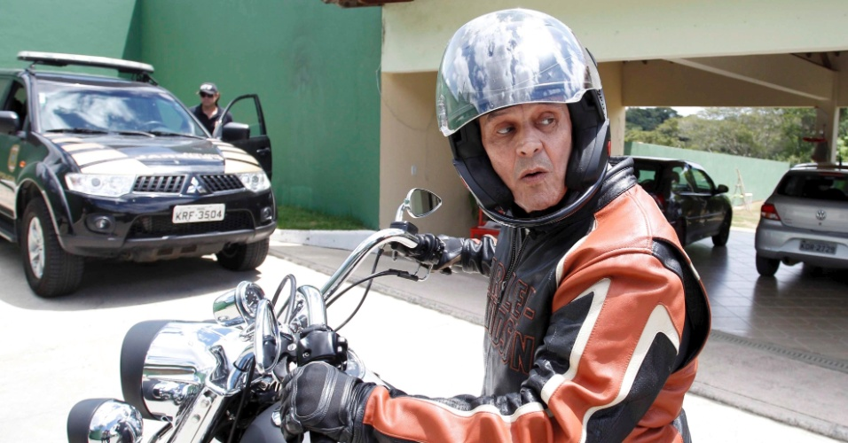 23.fev.2014 - O ex-deputado Roberto Jefferson (PTB-RJ) passou a manhã deste domingo (23) passeando em sua moto Harley-Davidson, na cidade de Levy Gasparian, no interior do Rio. Um dos condenados do mensalão, ele saiu às 8h de casa e quando voltou, por volta das 11h30, disse à imprensa que
